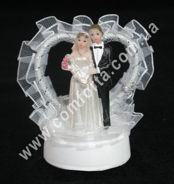 свадебная фигурка молодожены с сердцем, высота - 7 см, материал - полистоун